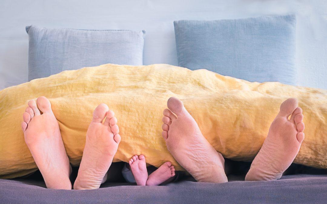 Diese Gefahren drohen, wenn man ein Kind im Elternbett schlafen lässt