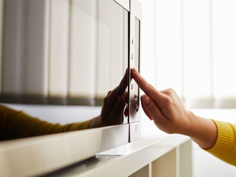 Alles, was du brauchst, um deine Mikrowelle gründlich zu reinigen, hast du bereits in deiner Küche!