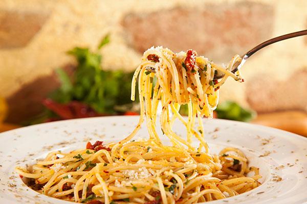 Spaghetti Aglio Olio sind schnelle Nudeln mit Knoblauch und Olivenöl, gerne mit Peperoni, Petersilie oder Käse kombiniert. Perfekt für die Feierabendküche!