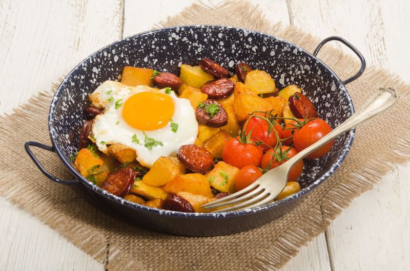 Wie wäre es mit der Variante spanische Bratkartoffeln mit Chorizo, Spiegelei und Tomaten?