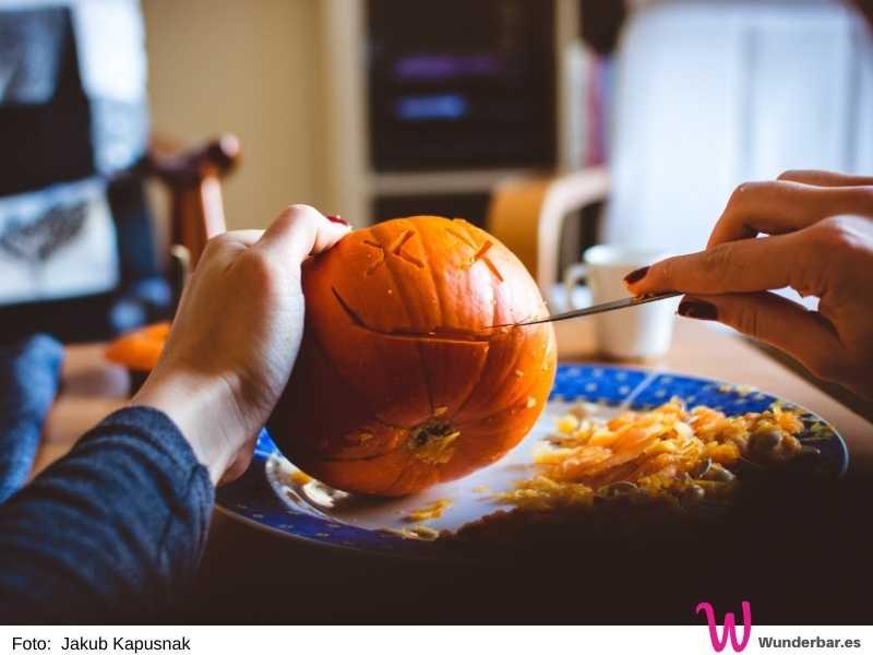 Kürbis schnitzen im Herbst ist etwas, worauf wir uns riesig freuen. Zum einen gibt es leckere Kürbissuppe oder Kürbisnudeln, zum anderen hinterher tolle Dekoration!