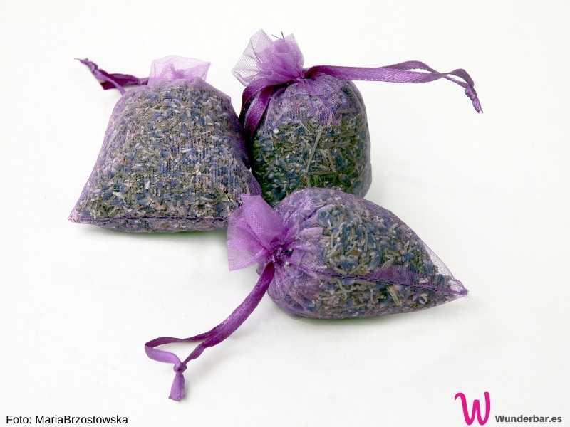 Lavendelsäckchen sind nicht nur hübsch, sondern man kann mit ihnen auch spielend leicht Kleidermotten loswerden. Für uns duftet Lavendel wunderbar, die Motten nehmen schnell Reissaus.