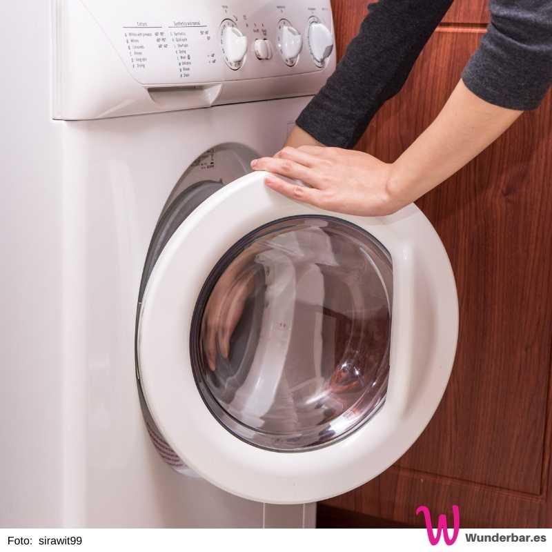 Nach der Wäsche die Tür der Waschmaschine einen kleinen Spalt offen lassen. Dies ermöglicht Luftzirkulation und verhindert Schimmel und Geruch.