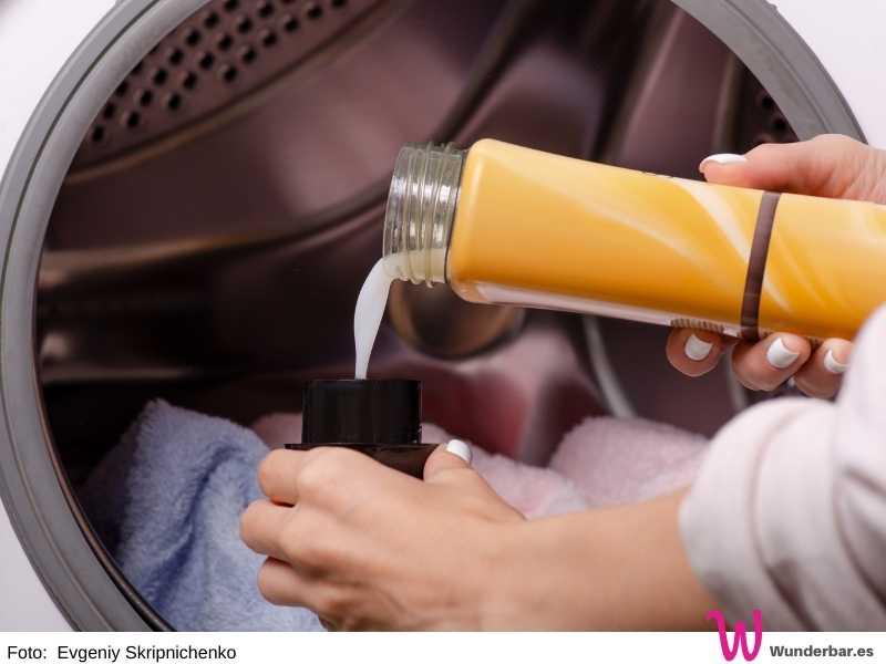 Wenn Du flüssiges Waschmittel benutzen möchtest, gib es direkt in die Trommel der Waschmaschine. So verhinderst Du, dass sich feuchte Ablagerungen im Zulauf bilden.