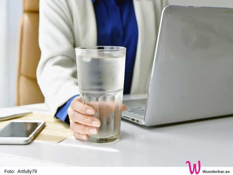 Getränke griffbereit stellen hilft auch im Home Office, ausreichend Flüssigkeit zu sich zu nehmen.