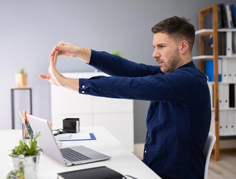 Ganz einfache Dehnübungen zwischendurch halten dich im Home Office fit und beweglich. Probier mal diese Übung und staune, wo es da überall zieht.
