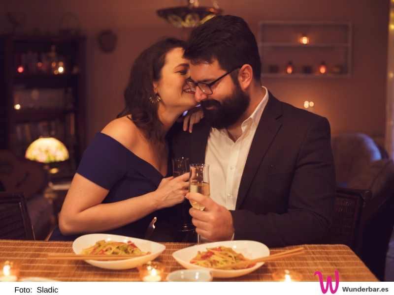 2021 gibt es keine ausgebuchten, knallvollen Restaurants mit gestressten Bedienungen am Valentinstag. Sondern liebevoll selbst gekochtes bei Kerzenschein mit der Kuschelcouch in nächster Nähe.