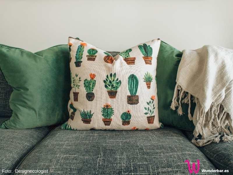 Kissen und Decken machen ein Sofa erst richtig gemütlich. Gleichzeitig fangen sie frei fliegende Staubpartikel ein. Sie haben es verdient, regelmäßig gewaschen zu werden und nicht nur beim Frühjahrsputz.