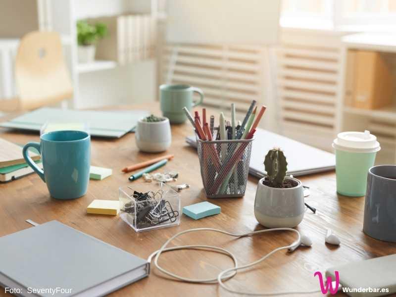 Aufräumen: Ein zugestellter Schreibtisch kann die Arbeit unnötig mühselig machen.