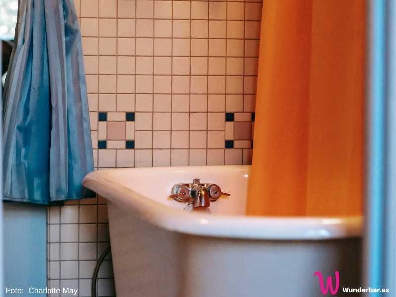 Beim Frühjahrsputz unbedingt an den Duschvorhang denken. Vor allem wenn er in einer Badewanne hängt, bildet sich am unteren Rand sehr schnell ein unschöner Belag.