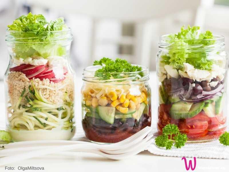 Im Gurkenglas kann man wunderbar einen Schichtsalat vorbereiten.