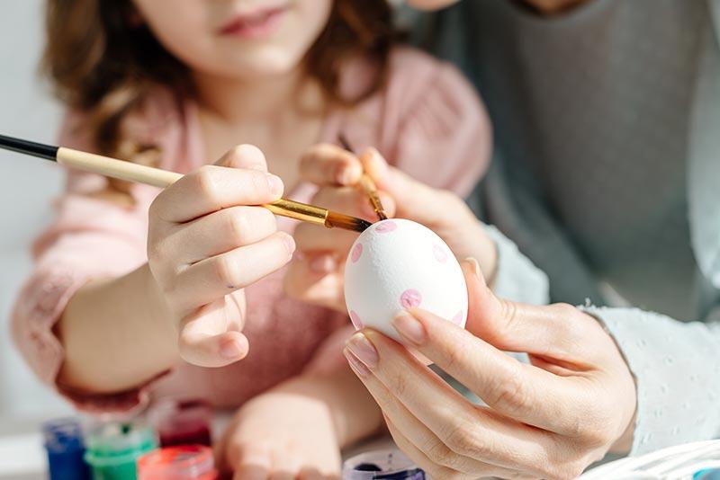 Ostereier Ideen 2021. Bunte Eier bemalen, dekorieren und färben.