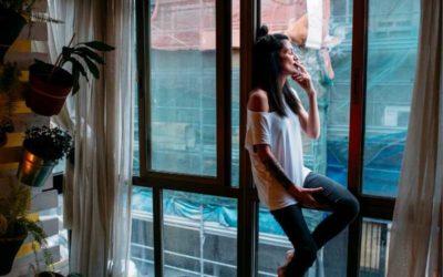 Die Nachbarn rauchen am Fenster oder auf dem Balkon? Mit diesem Satz hast Du  nie wieder stinkenden Zigarettenrauch in deiner Wohnung!