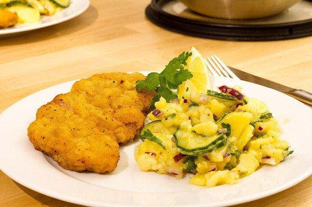 Kartoffelsalat mit Essig und Öl ist ein perfekter Begleiter zu Schnitzel